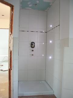 MaKeKu Hausbau-Blog: Badezimmer fertig verfugt und tapeziert ...