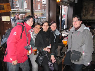 Tomando unas pintas en The Ten Bells, Londres