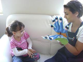 Importância da criança brincar com fantoches e brinquedos educativos.