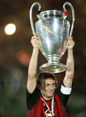 Maldini con la copa de la Liga de Campeones de la UEFA