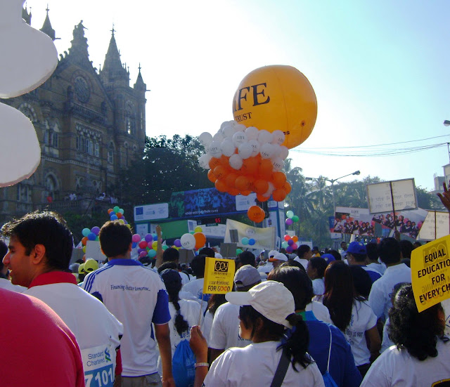 mumbai marathoners with balloons