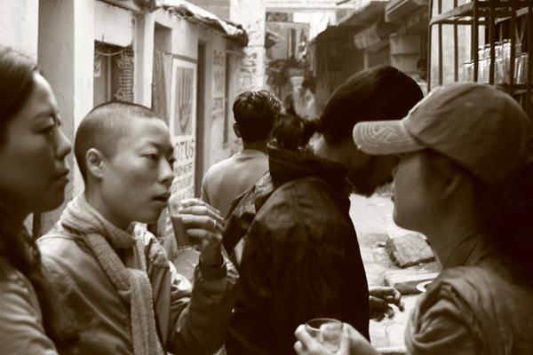 backpackers drink indian tea in varanasi