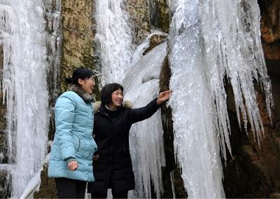 Segala fenomena alam yang ada di sekitar kita dapat menjadi suatu  pelajaran bagi kita Keindahan Air Terjun Beku yang Sngat Menakjubkan