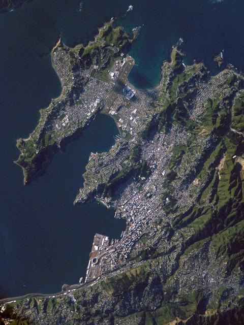 https://3.bp.blogspot.com/_6fPFbBdIXI0/S5BsbftXZLI/AAAAAAAAARM/9hJsJvi1R0o/s640/nasa_satellite_image_wellington_newzealand.jpg