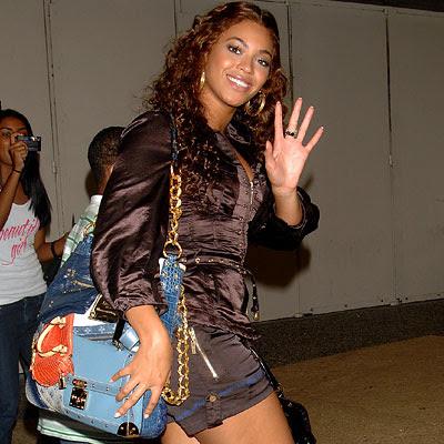 8275ea99935b This it the Louis Vuitton Tribute Patchwork bag. The large shopper has a  noticeable gold chain handle