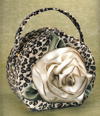 f0bc3e6868c8 Для романтичных натур можно декорировать сумку импровизированными цветами.  Кожаную сумку декорируют либо тон в тон, либо на контрасте.