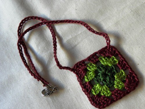 How to make a granny square necklace...