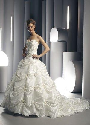 Свадебное платье мини подойдет высоким невестам, которые могут...