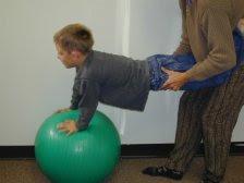 Cuidados no uso de bola suiça para crianças - Fisioterapia Pediátrica acca9c744b207