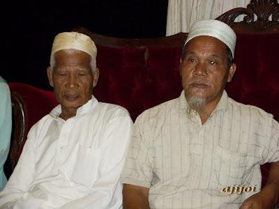 Bapa mertua (kiri baju putih) dan abang Allahyarham Roslan