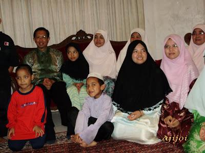 Bergambar bersama keluarga Allahyarham Roslan