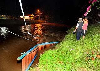 Pelajar-pelajar tersebut dikatakan menggunakan jambatan gantung yang baru 2 minggu dibina itu untuk makan malam (supper) yang terletak diseberang sungai jam 10.30 malam itu.