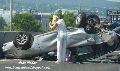 Loira em acidente de carro: Não é nada disto! O procedimento de emergência para uma loira depois de destruir um automóvel é....pentear os cabelos!