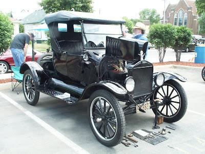 Ford Modelo T com o capô aberto e ferramentas