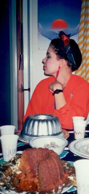 Kuvan henkilö, Maija, liittyi bileisiin, mutta ei kakkujen valmistukseen.
