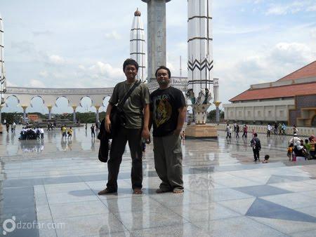 Berpose berdua di depan masjid
