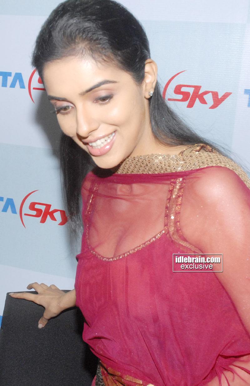 Asin Hot Boobs Show In Red Sleeveless Churidar