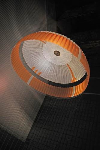 Parachutes to collect oil spills