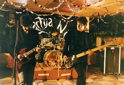 José Ignacio Lapido, acompañando a Antonio Arias y Erik Jiménez en el primer concierto de Lagartija Nick, en la Discoteca Banitti de Granada (1988 o 1989)