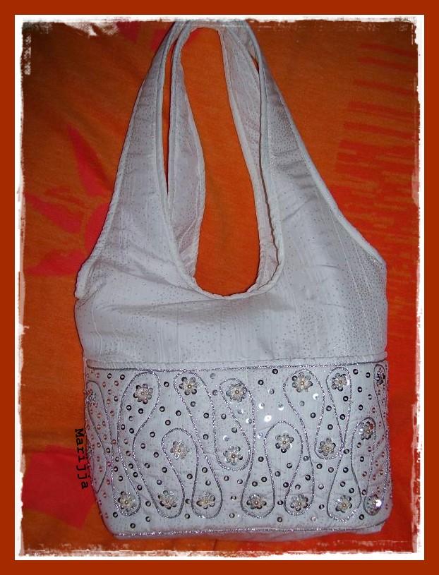 Fehér nyári táska ezüst flitterrel gyöngyel díszítettem. 8c3e470406