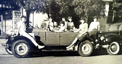 """Com os amigos em 1967: Mara sobre o paralama do """"MG Pavão 28""""."""