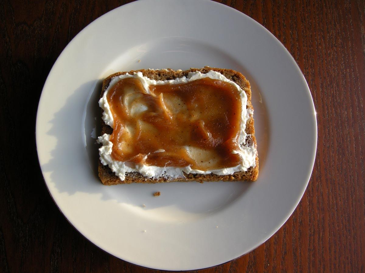 Heute Morgen War Leider Nur Noch Blödes Dunkles Brot Im Vorrat. Mit  Magerquark Machte Sich Die Schnitte Ebenfalls Ganz Gut Unter Dem Püree.