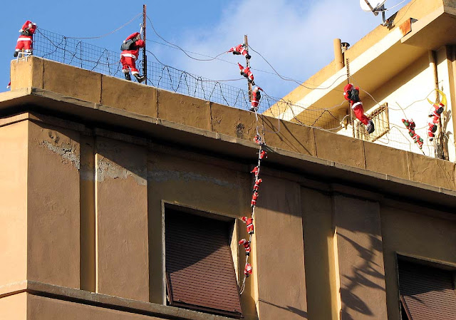 Attack of the Climbing Santas, Livorno