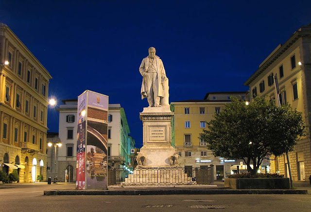 Count of Cavour monument at night, Livorno