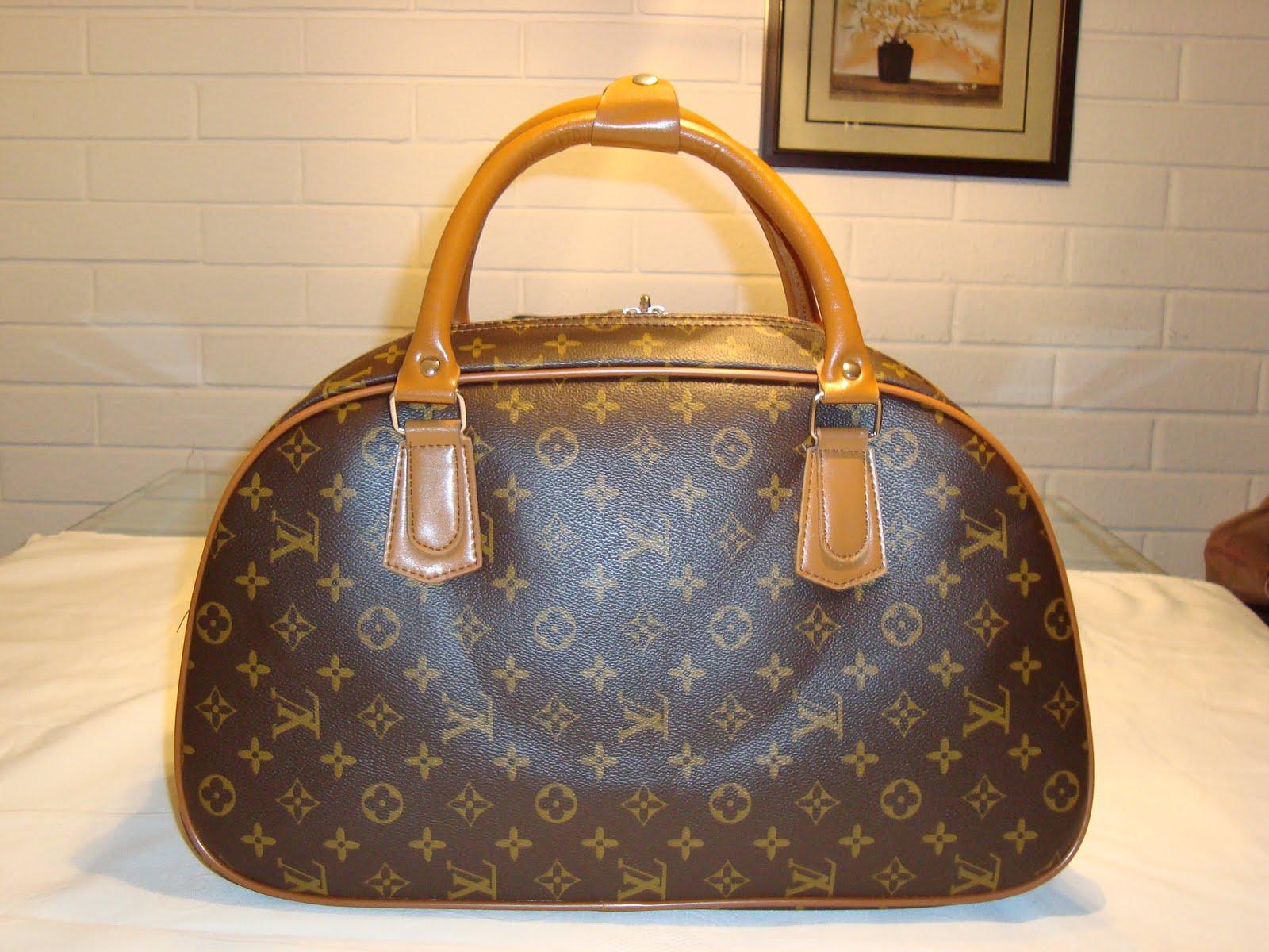 62ad5a046e62 Una abuela usa su bolso Louis Vuitton como bolsa de la compra para el  pescado
