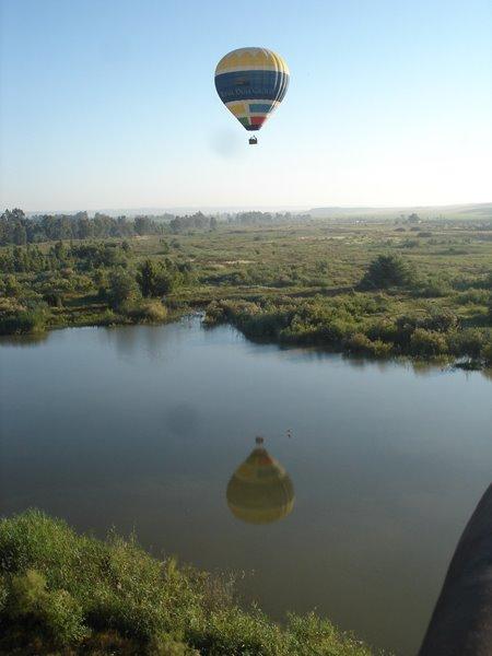 globo_volando_por_el_cielo