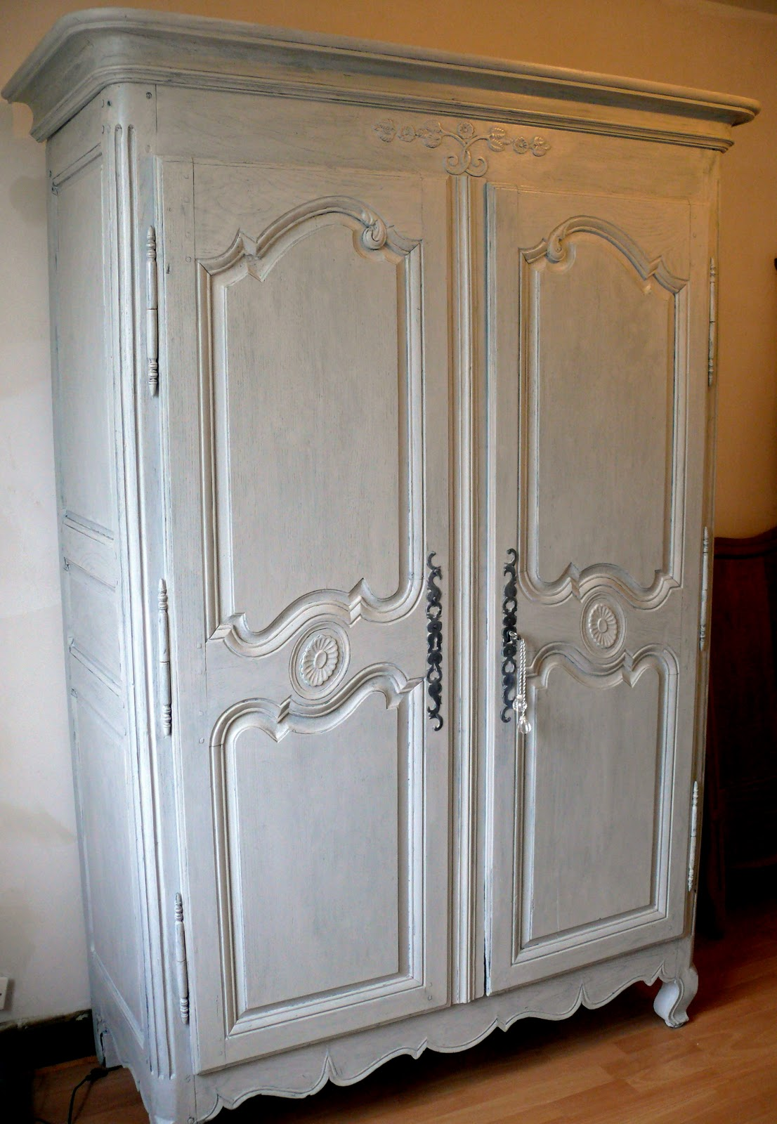armoire peindre armoire cuisine avant with armoire peindre simple repeindre une armoire en. Black Bedroom Furniture Sets. Home Design Ideas