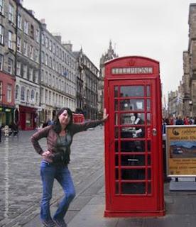 image apres photomontage femme appuyée sur une cabine de telephone à Londres