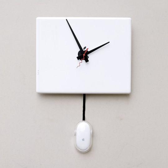 Apple iBook G4 Makes A Wonderful Clock