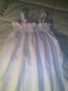 6141e8d05 Un camisón de batista perforada ideal para regalar tanto a niñas como a  mayores