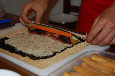 Paso 3: Colocar el resto de los ingredientes, el jengibre, el tofy, las shiitake, el pepino y la zanahoria