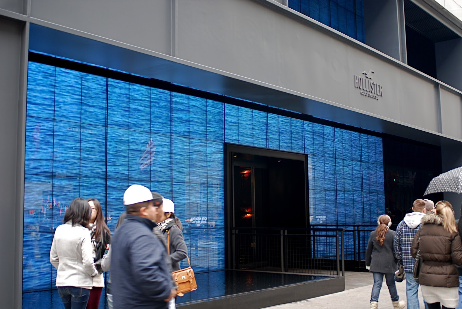 37f1a95d395c6e Making Waves  Hollister s Second Manhattan Store Opens on Fifth Avenue