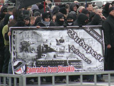 Attak, Becsület napja, Hősök tere, Budapest, Magyarország, Hungary, Vér és Becsület, Blood and Honour, skinhead, nazi, náci, nyilas, NS, Slovakia, flag, zaszló