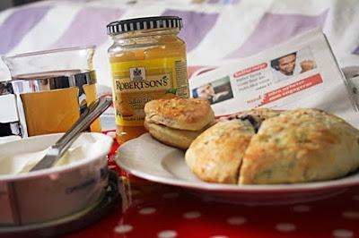 Varma söta blåbärsscones - till frukost