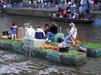 Cantand pe canale in Olanda