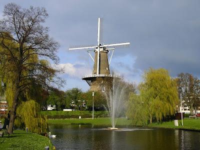 Tipic Olanda: moara de vant la Leiden