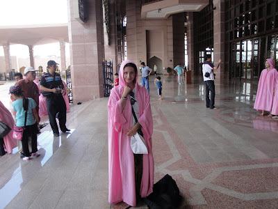 Moscheea roz din Putrajaya, haine de femeie musulmana
