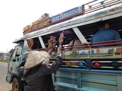 Vanzator de mancare in Laos
