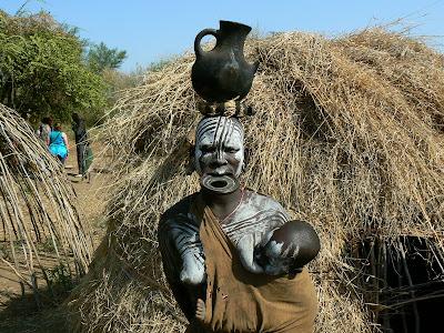 Obiective turistice Etiopia: fotomodel mursi, femeie alaptand copil