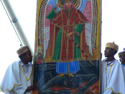 Imagini Etiopia: Craciun la Lalibela Beta Maryam, preoti cu icoana