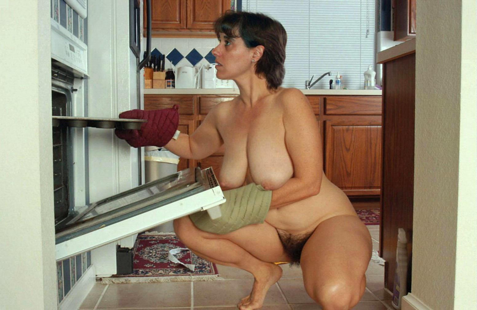 Голая пожилая женщина на кухне #14