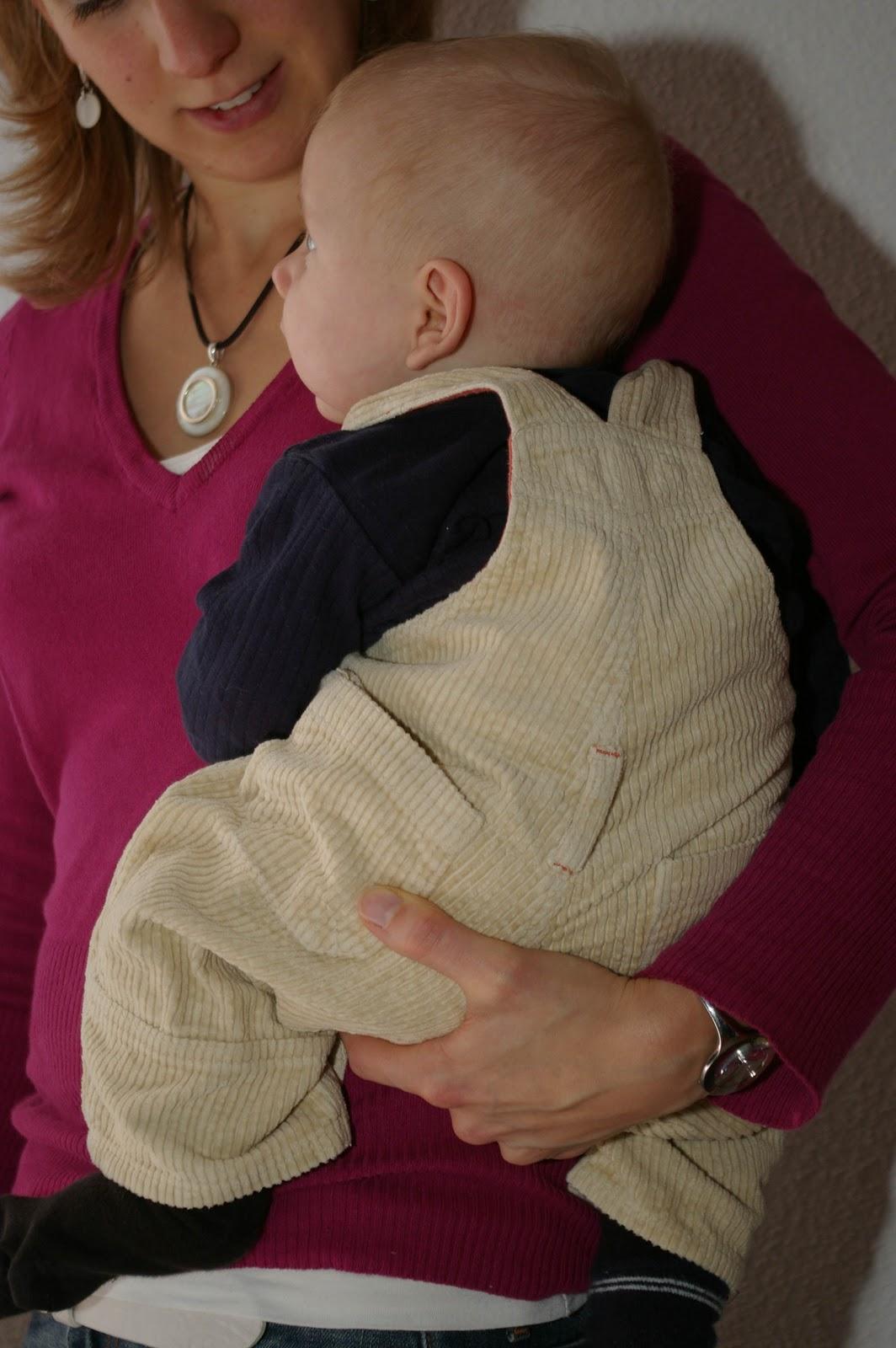 le portage un peu moins haptonomique  on prend le bébé contre soi (ventre  contre ventre) en le tenant toujours avec une main sous la base et une  autre main ... 44361fee8e6