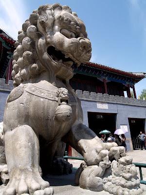 Escultura leona jugando con el cachorro en Chengde
