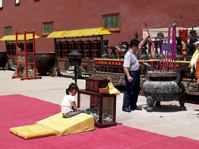 Realizando ofrendas en el Templo Putuozongcheng