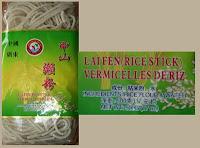 De bami of rice stick die ik gebruik heet Zhongshan Lai Fen (Rice Stick) en volgens de verpakking bestaat dat alleen uit water en rijstemeel. <em>Klik op de foto om de tekst goed te kunnen lezen.</em>