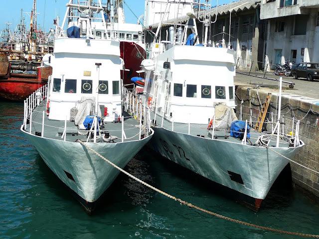 Barcos gemelos anclados en puerto de Mar del Plata.